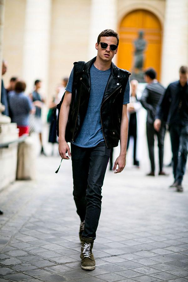 黒ノースリーブライダース×グレー無地Tシャツ×ブラックジーンズ×グレイッシュグリーンハイカットスニーカー