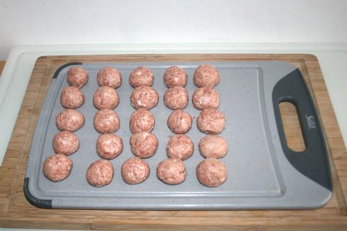 23 - Bratwurst-Brät zu Kugeln formen / Make balls out of bratwurst