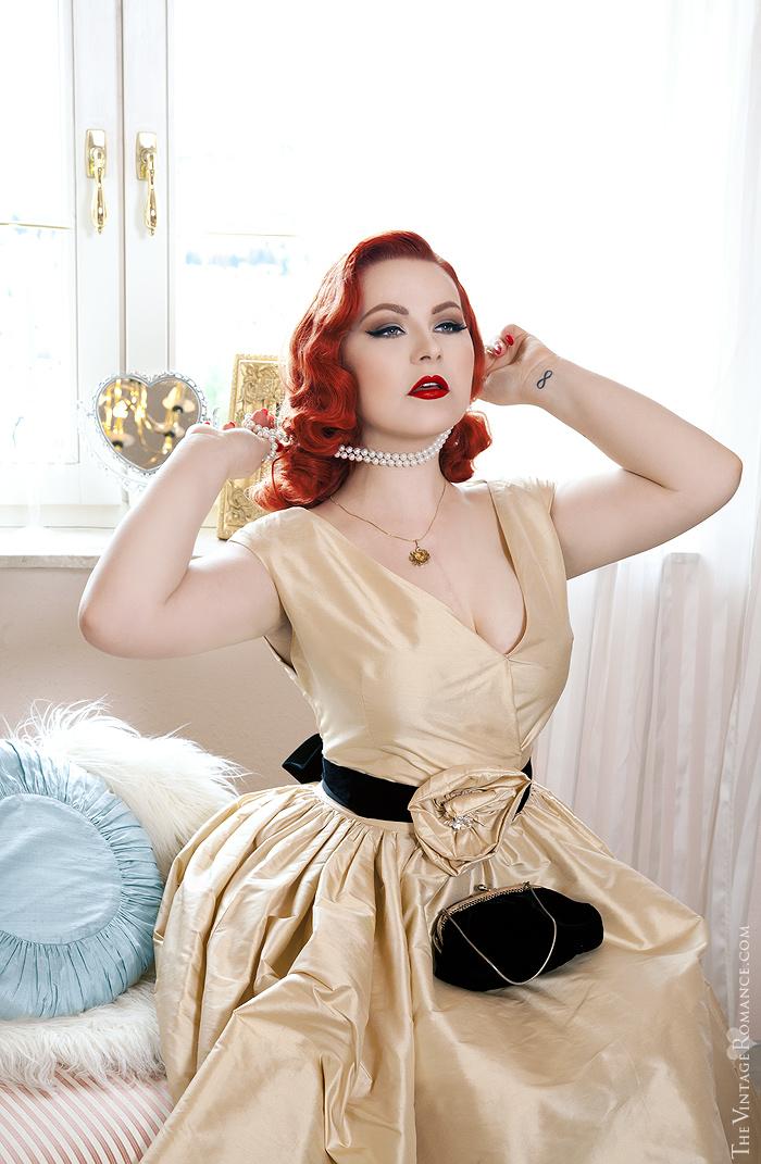 17_The-Vintage-Romance-ela-siromascenko-champagne-dress-hotel-room-silk
