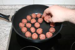 30 - Hackbällchen in Pfanne geben / Put meatball…