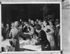 Het Canadese Rode Kruis heet Nederlandse emigranten welkom, 21 mei 1948   The Canadian Red Cross welcomes Dutch immigrants, may 21st 1948   La Croix-Rouge canadienne accuille des migrants néerlandais, 21 mai 1948