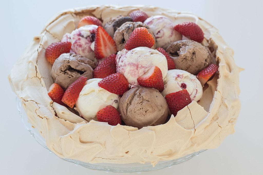 Pavlova med laktosefri is og jordbær