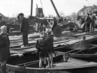 Dutch children watching Canadian artillery cross a temporary bridge, Balkbrug, Netherlands, April 11, 1945 / Enfants hollandais observant des pièces d'artillerie canadienne sur un pont temporaire, Balkbrug, Pays-Bas, 11 avril 1945