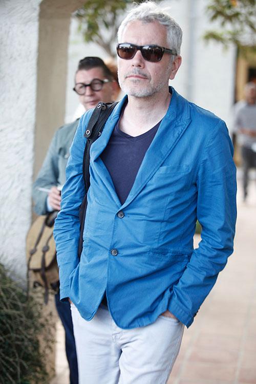青ジャケット×紺Tシャツ×白パンツ