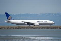 United Boeing 777 -200 profile runway 28 taxiway SFO DSC_0729