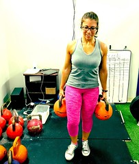 Allmost body weight #kettlebell #farmerscarry today with two 28kg KBs... But more importantly, check out my awesome new #hotpink leggings :sparkling_heart::sparkling_heart::sparkling_heart:! #xxfitness #girlswhopowerlift #girlswholift