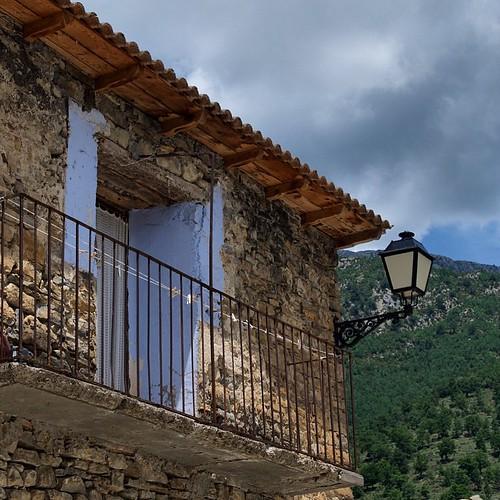 Hay valles de #Pirineos donde el tiempo se ha parado, aunque haya farolas... ;-) #igersaragon #igershuesca #instaaragon