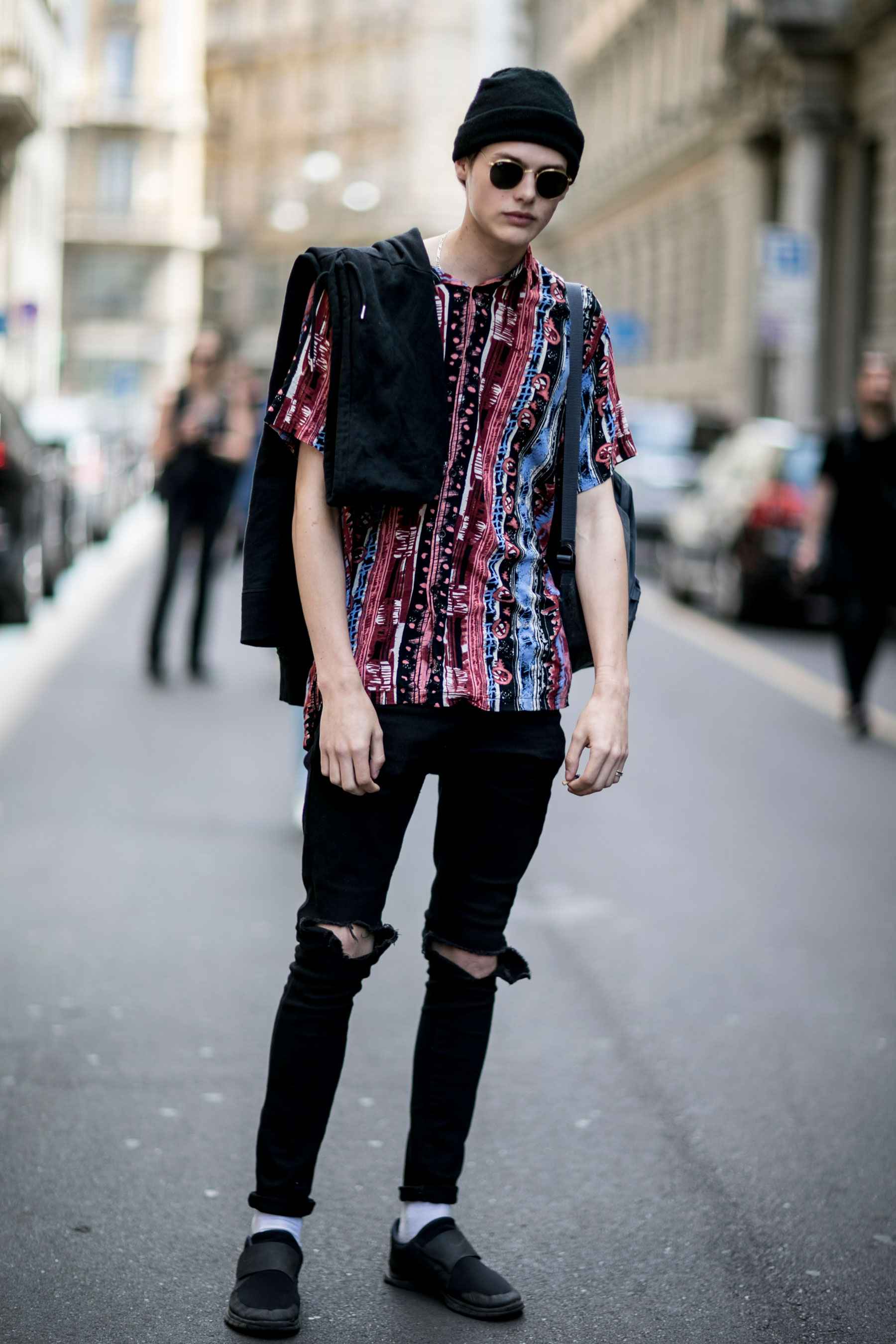 黒ニットキャップ×柄Tシャツ×黒ダメージパンツ×Nikeフリーソックフライ黒