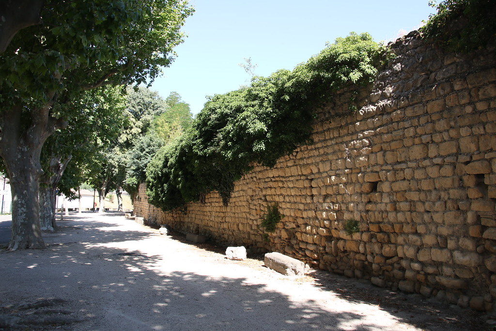 provence village caderousse walls 3