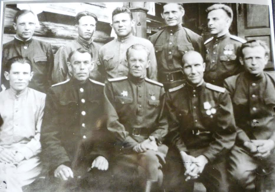 На фото: в первом ряду крайний справа - Михаил Белоусов