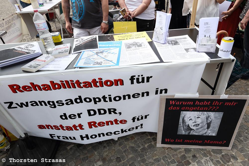 Opfer des DDR-Regimes protestieren in Berlin