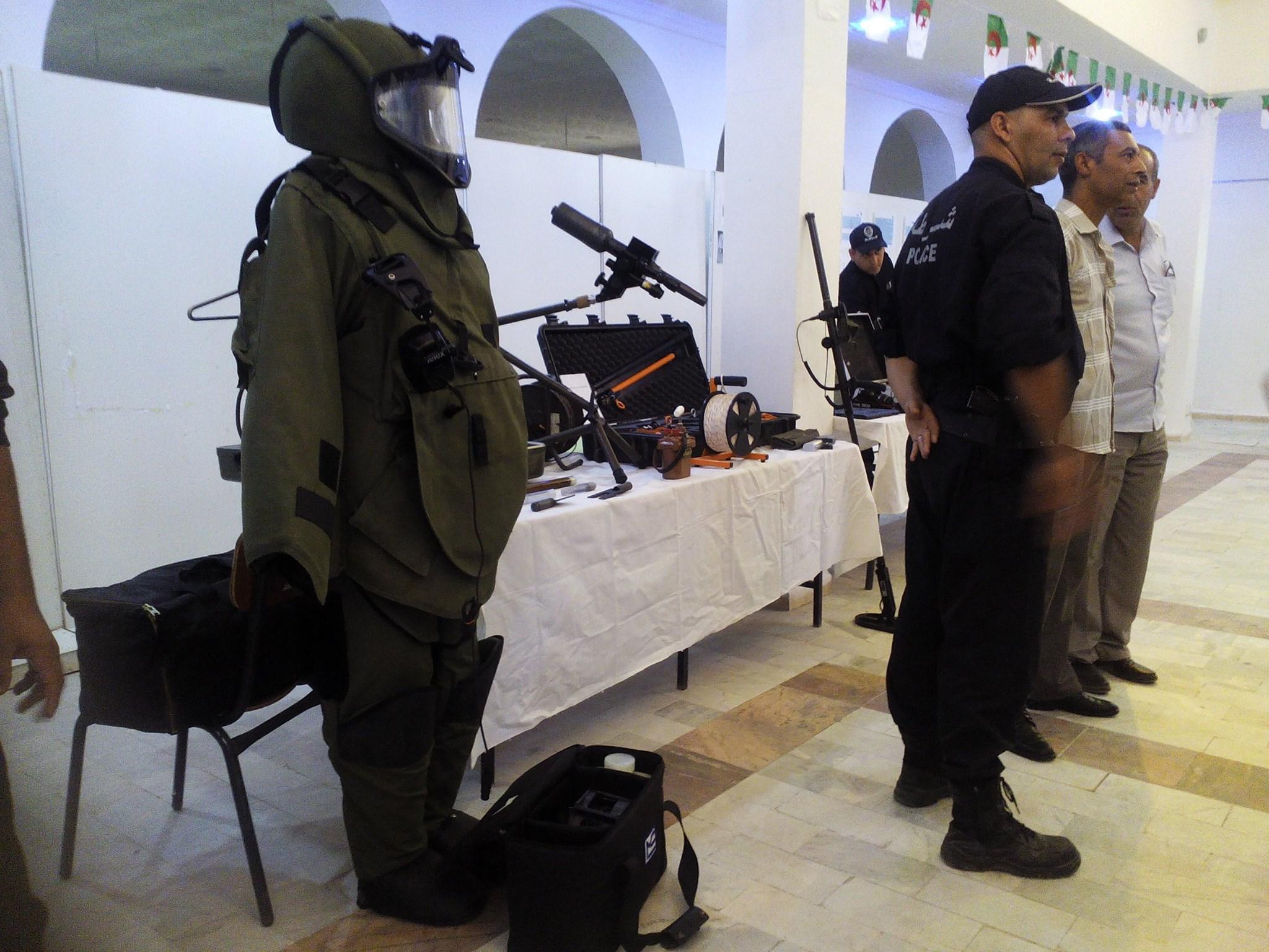 البذلات الجيش الوطني الشعبي الجزائري [ ANP / GN / DGSN / Douanes ]  - صفحة 6 28500277565_e521578604_o