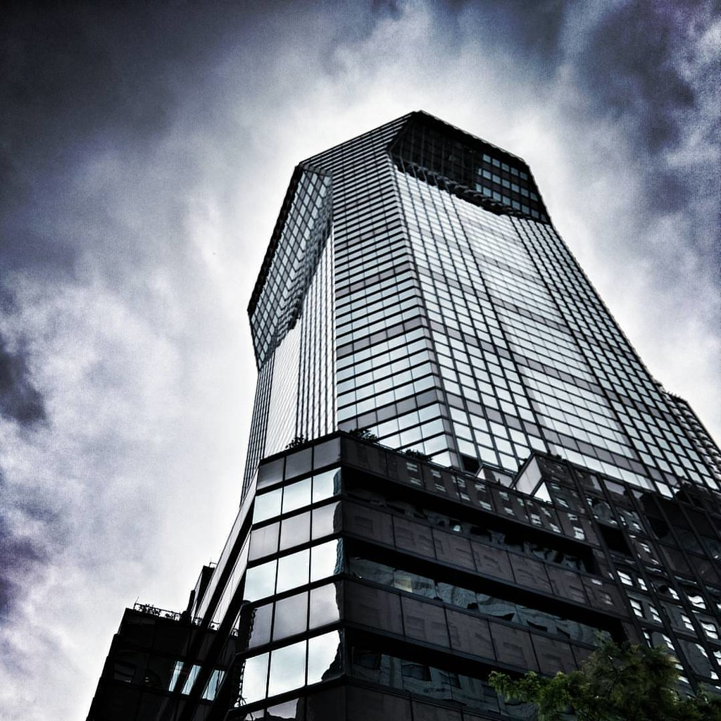 Glass building  #newyork #nyc #newyorkcity #manhattan #architecture #archilovers #modern #building #buildings #glass #lookingup #sky #clouds #cloudporn #travelgram #Travel #trip ##Photo ##Photography #Dramatic #iloveny #ilovenyc #newyorkphoto #instacool #