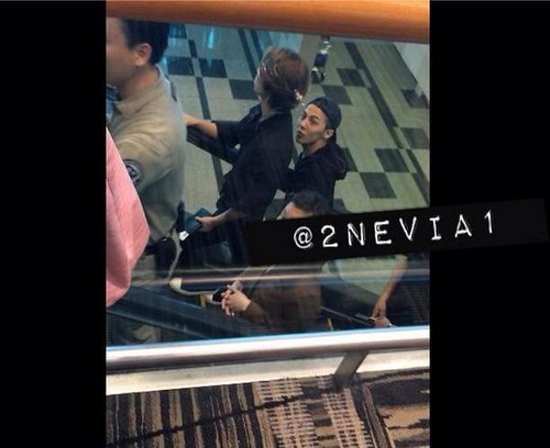 GD-Daesung-LeavingSingapore-Changi-20140915(3)