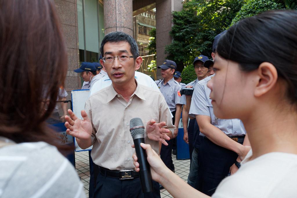 勞動條件及就業平等司專門委員黃維琛出面回應,但仍未對勞檢與勞教做出具體承諾。(攝影:林佳禾)