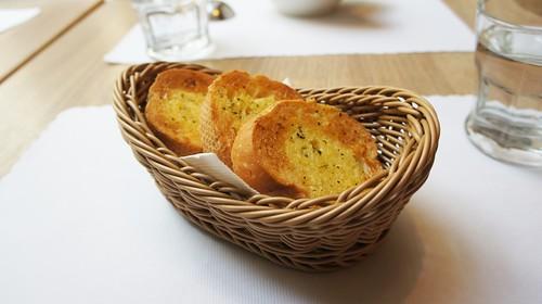 高雄排排饡排排讚!米蘭炸牛排在台灣也吃得到-百元套餐烤香蒜麵包