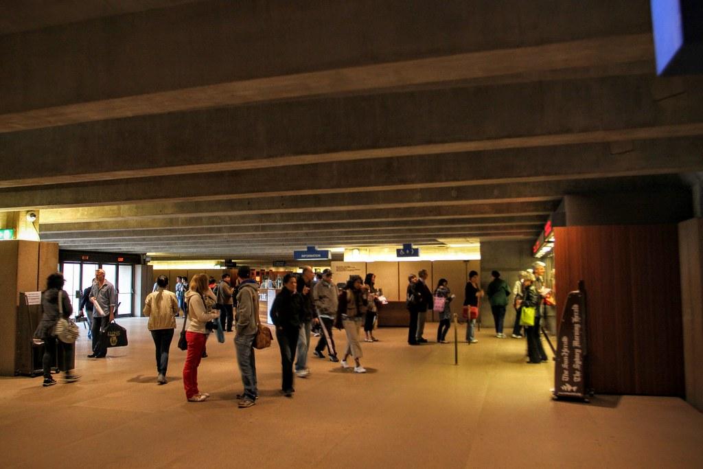 遊客不少,但還好都是外國人居多,好像一般旅行團不會進來歌劇院?