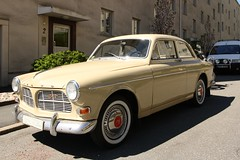 executive car(0.0), automobile(1.0), automotive exterior(1.0), vehicle(1.0), compact car(1.0), antique car(1.0), volvo cars(1.0), sedan(1.0), classic car(1.0), land vehicle(1.0), luxury vehicle(1.0), volvo amazon(1.0),