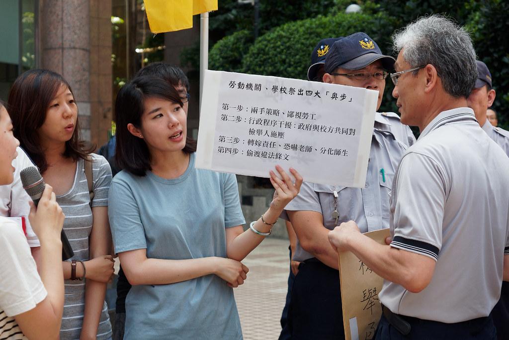 勞動條件及就業平等司科長江衍平收下檢舉函就欲離開,引起現場不滿。(攝影:林佳禾)
