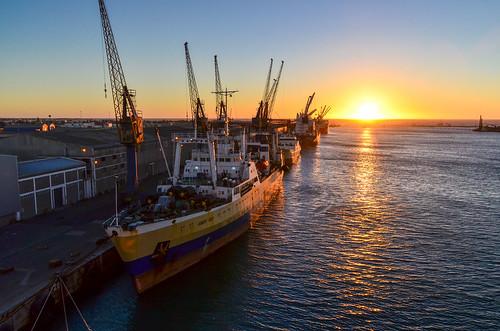 Coucher de soleil sur le port de Walvis Bay, Namibie