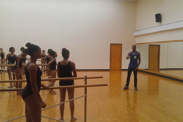 Eric Underwood with students from Suitland High School © ROH 2015