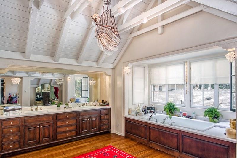 Потолочные балки в дизайне ванной комнаты