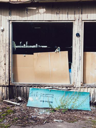 eteläsavo cardboard deserted em5mkii europe finland mäntyharju olympus olympus1240mmf28 omd rundown smalltown summer window