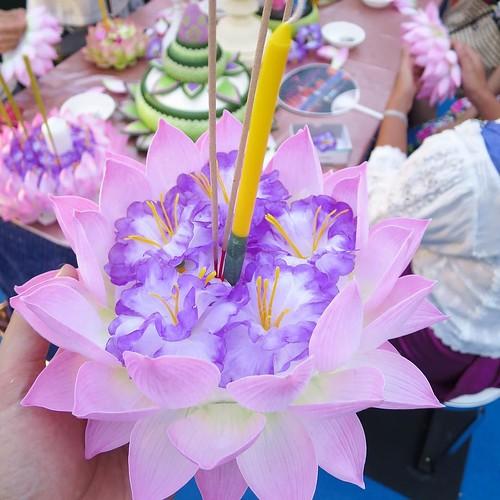 そして上に花かざり、線香、ロウソクを立てて完成。 #タイ観光アンバサダー