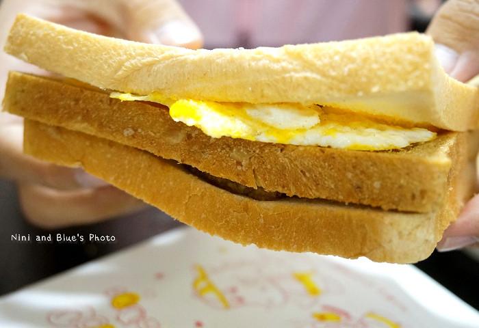 17974809213 439f9e0482 b - 謝氏早點,台中人的老味道,麵糊蛋餅與肉排三明治,台中火車站附近