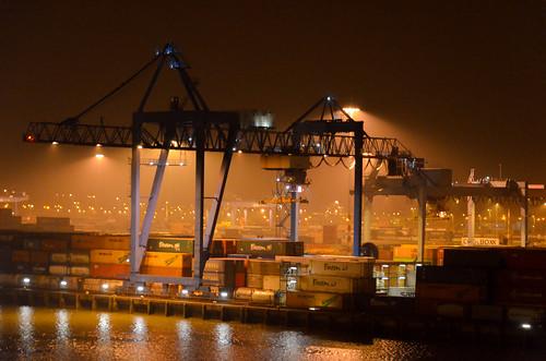 Container terminal pendant la nuit, le port de Rotterdam