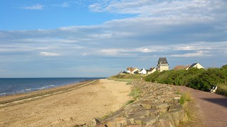 Plage de Bernières-sur-Mer 長さ 1645 メートルのビーチ の画像.