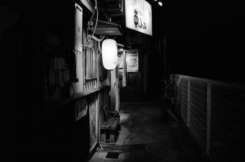 京都 Kyoto, Japan / Kodak TMAX / Nikon FM2 太陽下山後離開鴨川,沒有搭公車回去清水寺住的地方,想在路上散步一下,就這樣一路邊走邊拍。  我記得好像還下起雨來了,每次下雨我都想起千葉,死神。但似乎只是虛構的想像罷了。  如果還剩一年的時間,要花多久的時間脫離人群,沖淡其他人對你的記憶呢?  好消息是發現我的部分記憶開始破碎了,對妳的記憶。  Nikon FM2 Nikon AI AF Nikkor 35mm F/2D Kodak 100 TMAX Professional ISO 100 1273-0034 2015/09/29 Photo by Toomore