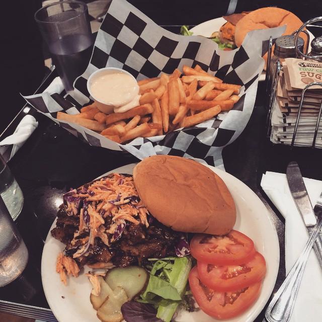 Pulled pork-burgare med fries och mayo på Champs diner i Brooklyn. I går åt jag varm brownie med glass och grädde där. #vadveganeräter i New York.