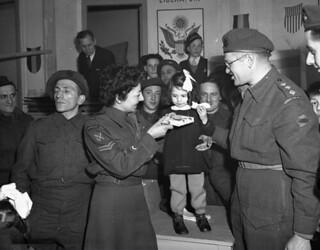 Corporal M. Freeman, Canadian Women's Army Corps (CWAC), and H/Captain Samuel Cass... / La caporale M. Freeman, du Service féminin de l'Armée canadienne, et le capitaine honoraire Samuel Cass...