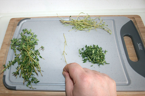 28 - Thymian-Blättchen von Stielen zupfen / Pick thyme leaflets