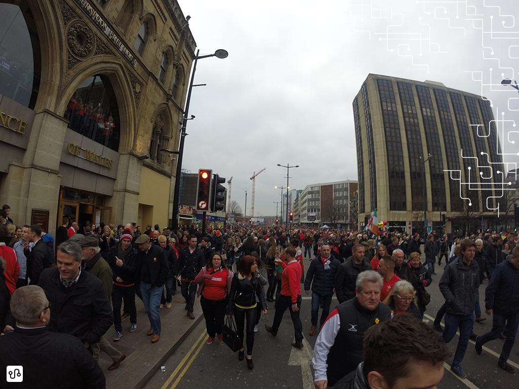 Rua cheia para a partida de Rugby
