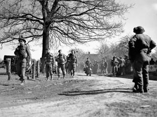 Infantrymen of the North Nova Scotia Highlanders advancing towards Zutphen, Dorterhoek, Netherlands, April 8, 1945 / Soldats d'infanterie du régiment North Nova Scotia Highlanders se dirigeant vers Zutphen et Dorterhoek, Pays-Bas, 8 avril 1945