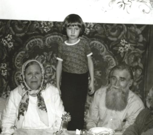 Катя Краснова с бабой Оней и дедом Сашей на золотой свадьбе