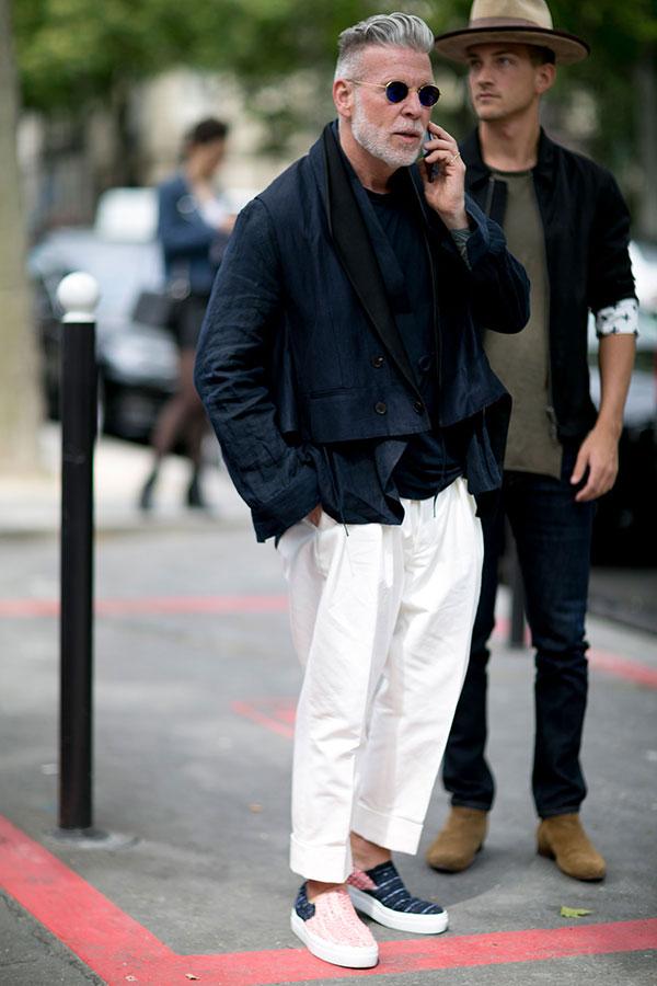 黒ショート丈ダブルジャケット×白パンツ×ピンク紺コンビスリッポン