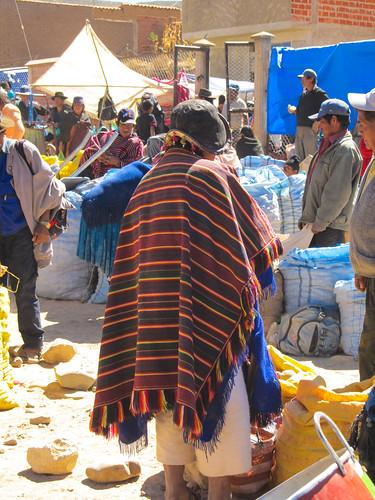 Tarabuco: le marché agricole et un chapeau qui fait penser aux soldats du Moyen-Age.