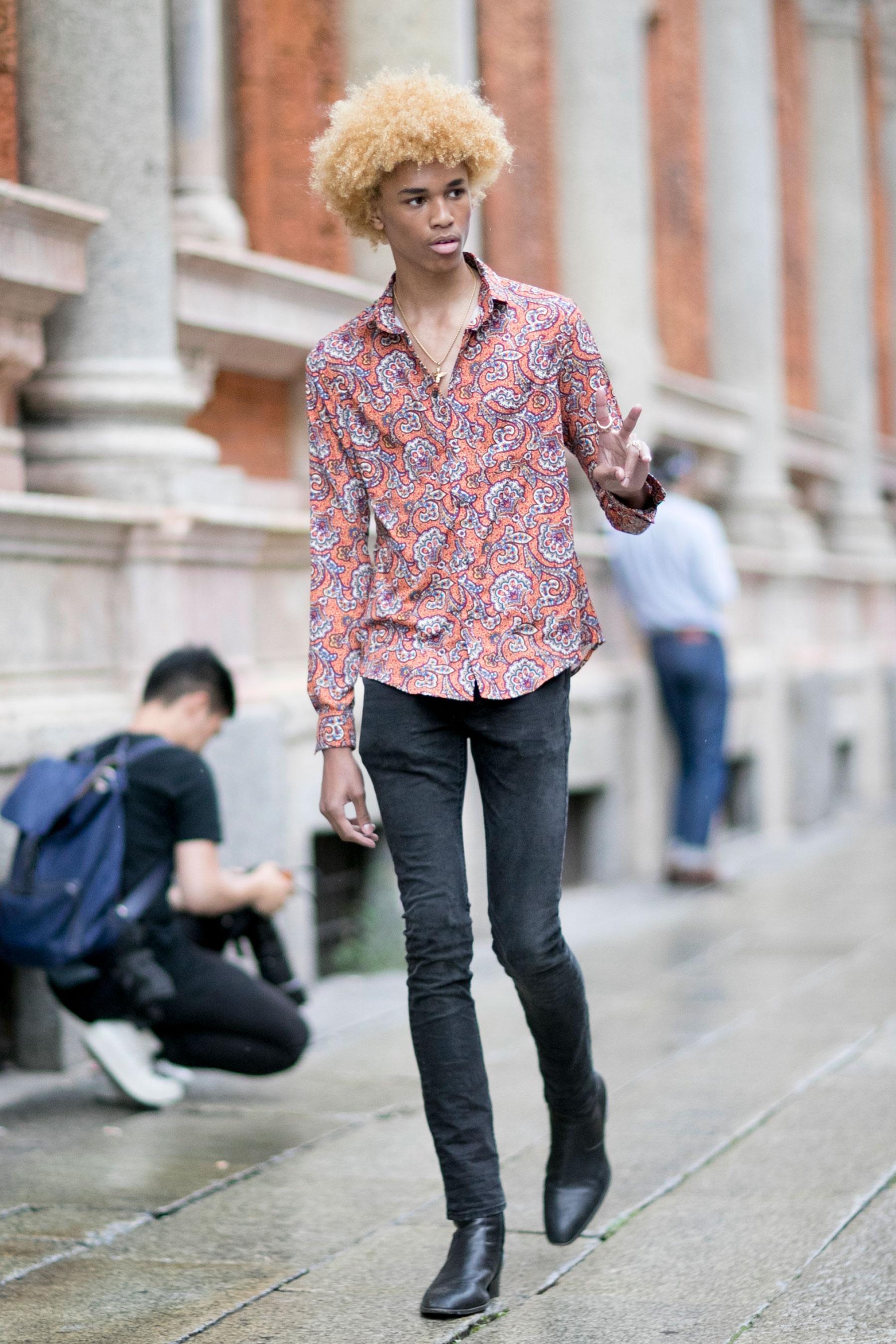 ペイズリー柄シャツ×ブラックジーンズ×黒ブーツ