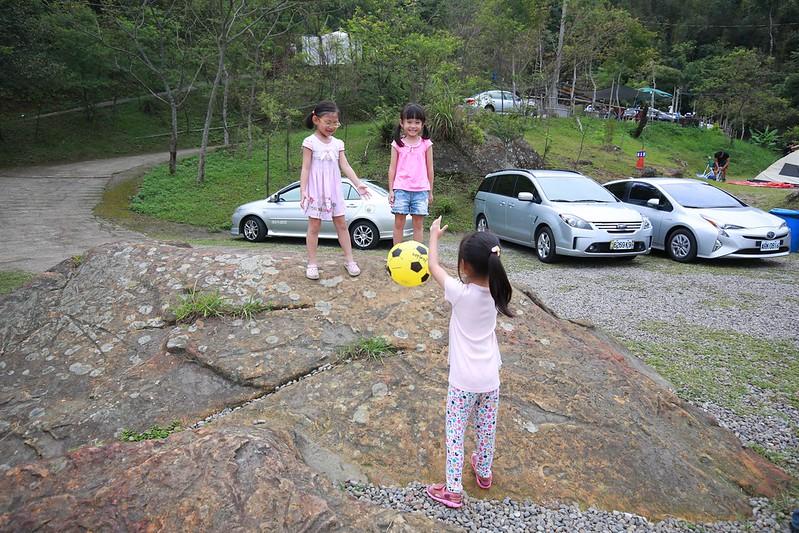 三個女生玩球中
