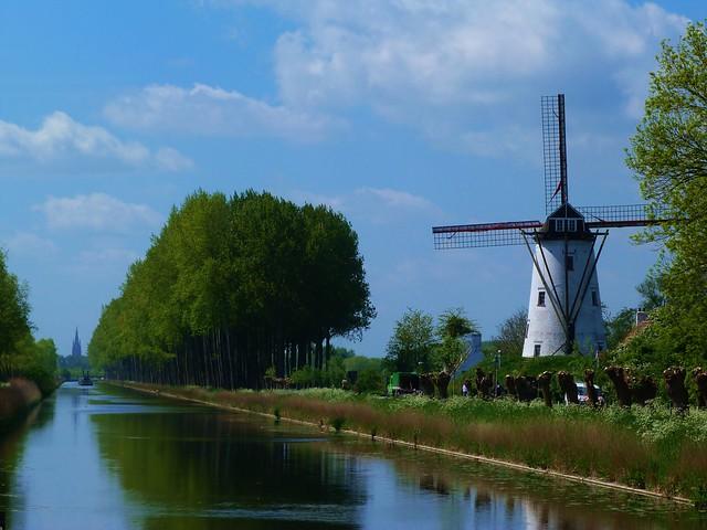 Paisaje, canal y molino en Damme (Flandes, Bélgica)
