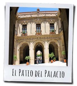 De prachtige patio van het bisschoppelijk paleis in Murcia