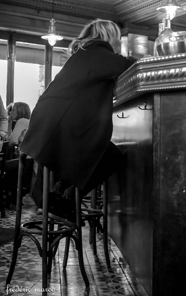 Accoudée au bar
