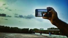 سیلفی لیتے وقت موبائل کی تصویر