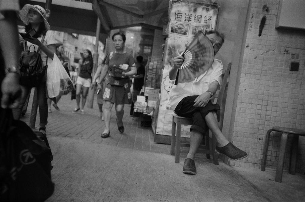 旺角 Hong Kong / Ultrafine Extreme / Lomo LC-A+ 一個盲拍的方式偷拍,但是差一點就可以拍到完整的臉。  其實這裡很臭,旁邊竟然是垃圾集中場,有點不可思議,在城市中。  Lomo LC-A+ Ultrafine Extreme 400 0287-0003 2016-06-17 ~ 2016-06-19 Photo by Toomore