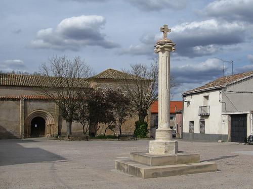 En la plaza un simbolo * Picota de Valderrebollo (Guadalajara)