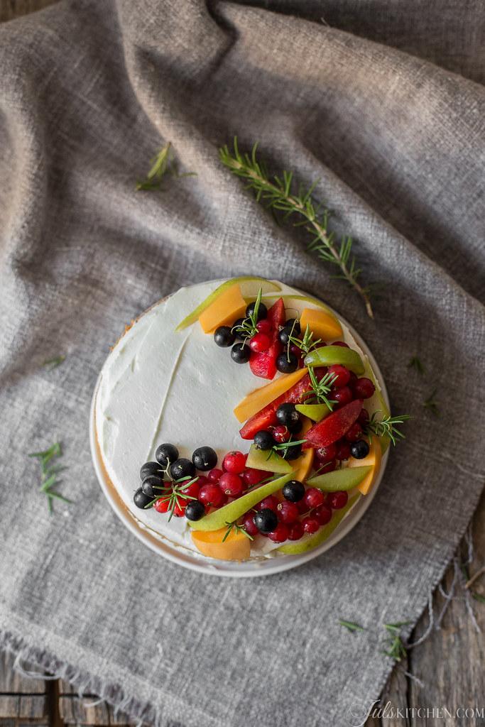 Torta di compleanno con ricotta, mascarpone e frutta fresca