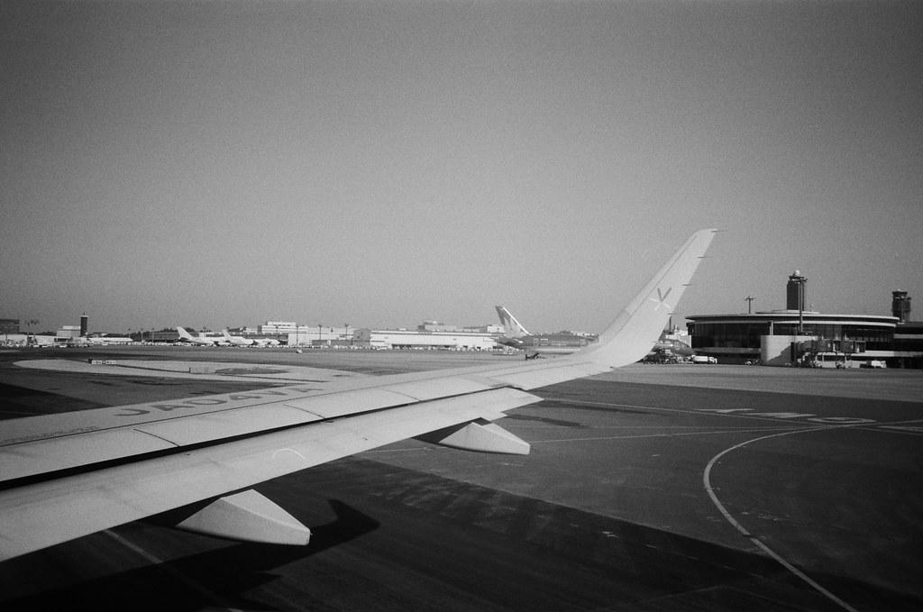 From NRT to CTS, Japan / Kodak TRI-X / Lomo LC-A+ 從成田機場準備起飛前往新千歲機場。  上次東日本流浪的時候是從新千歲機場飛回來成田,而這次是要飛上去,剛好來回都湊滿了!  飛去新千歲只要一個小時,那時候東日本流浪往北花了五天,現在想起來還真是佩服自己,竟然可以睡在街頭。  Lomo LC-A+ Kodak TRI-X 400 / 400TX 8561-0031 2016/01/31 Photo by Toomore